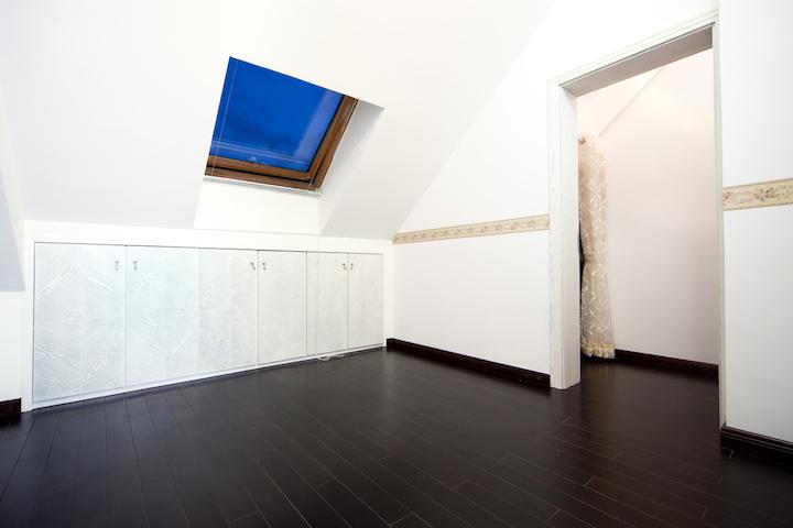 Inloopdressing met ingebouwde kasten op maat op zolder