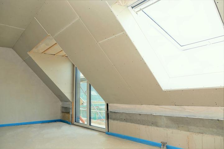 Schuin dakvlak afgewerkt met Gyproc