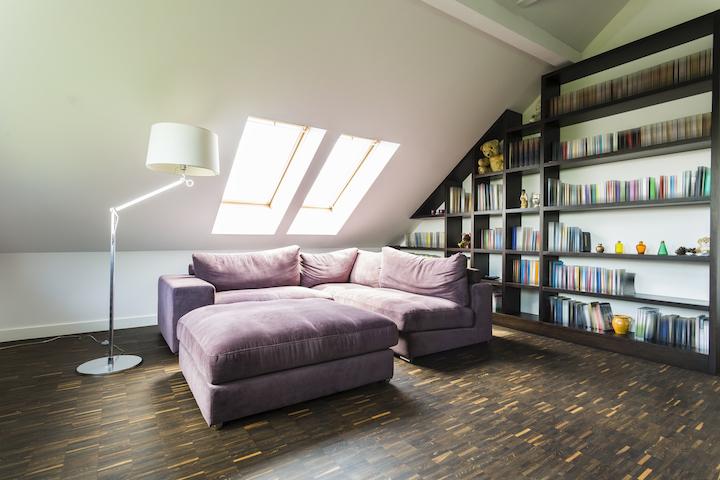 Zithoek op zolder met bibliotheek